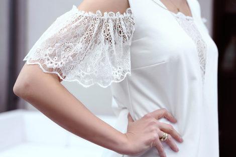 Biała sukienka z koronką na każdą okazję